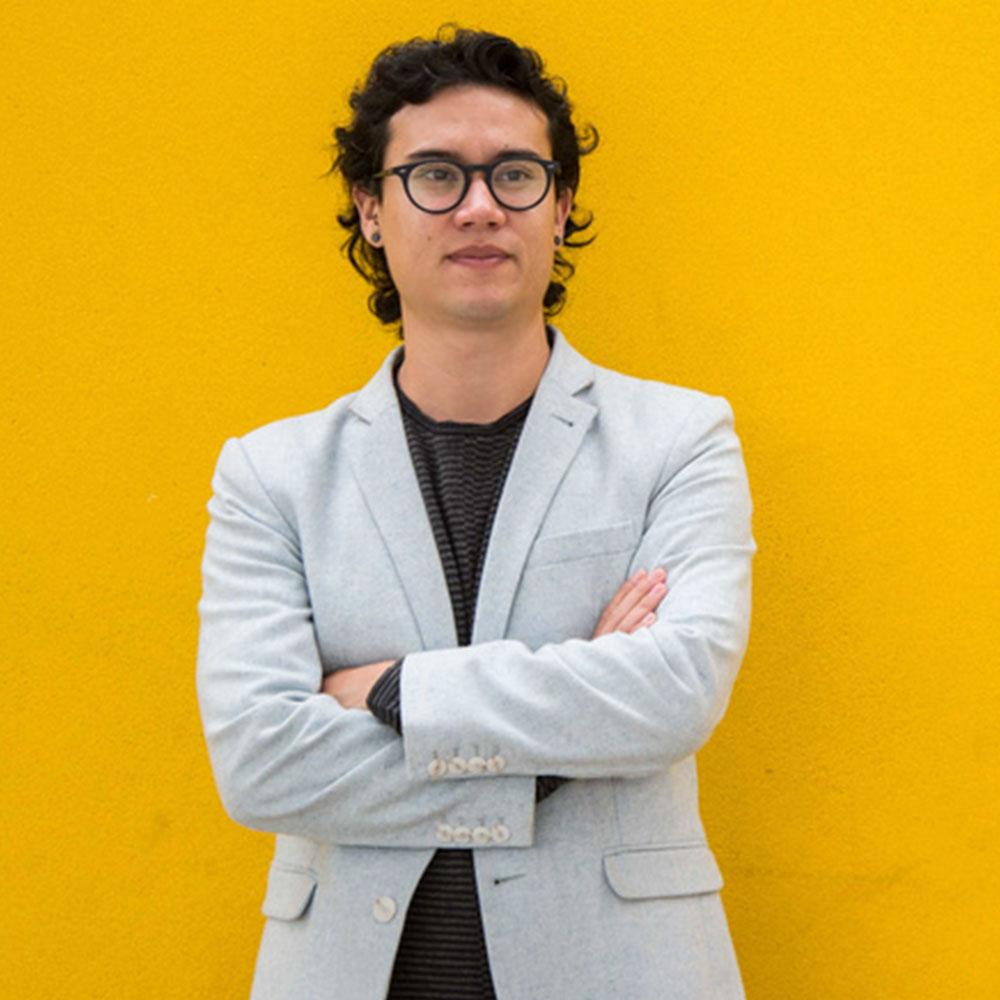 Rodrigo Ohtake em um fundo amarelo