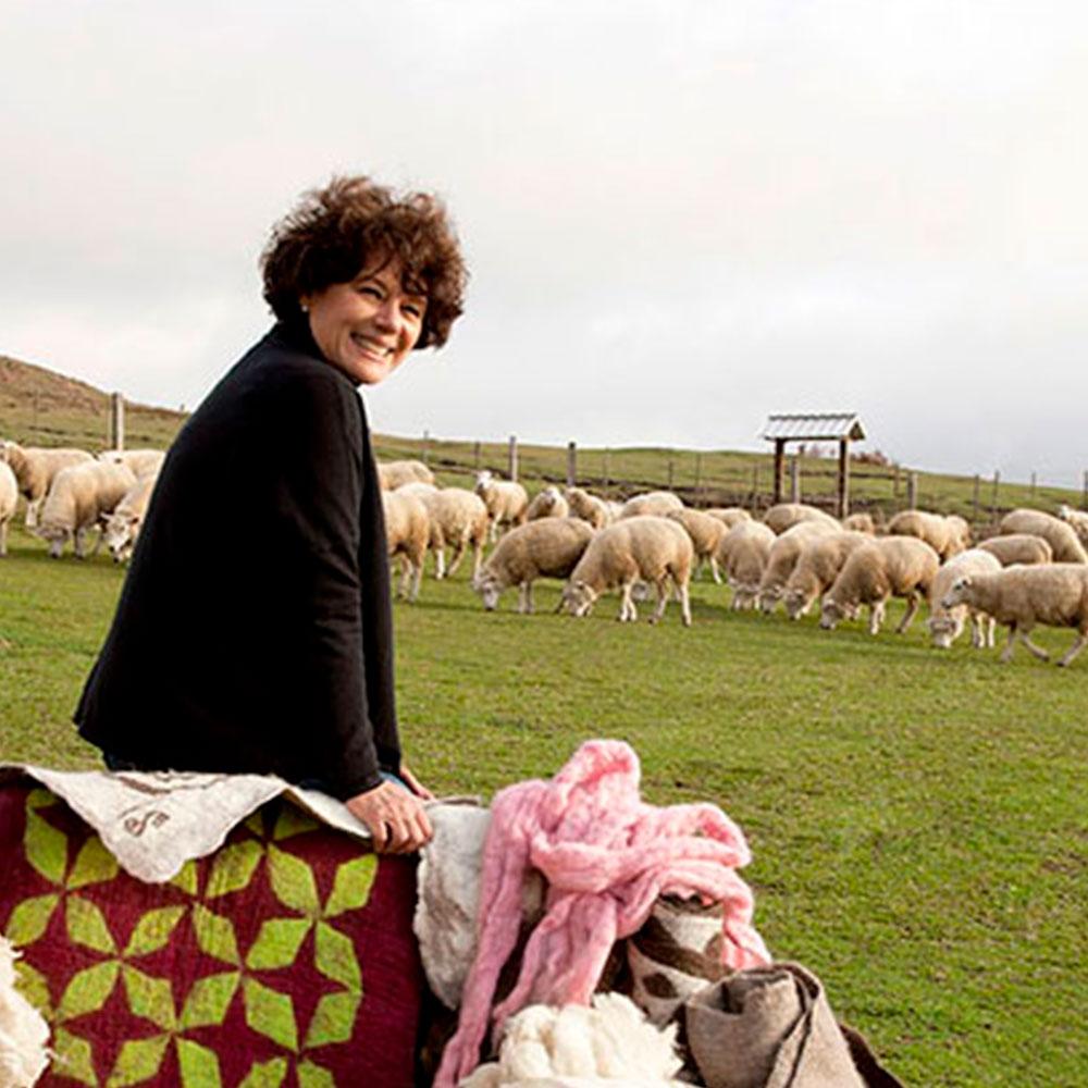 Inês Schertel com ovelhas no campo